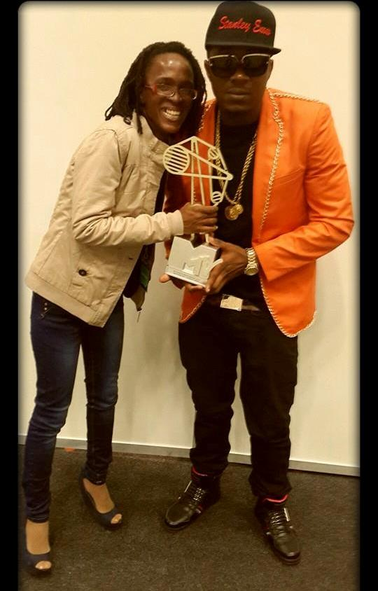 Magali Palmira Wora avec l'artiste Stanley Enow.