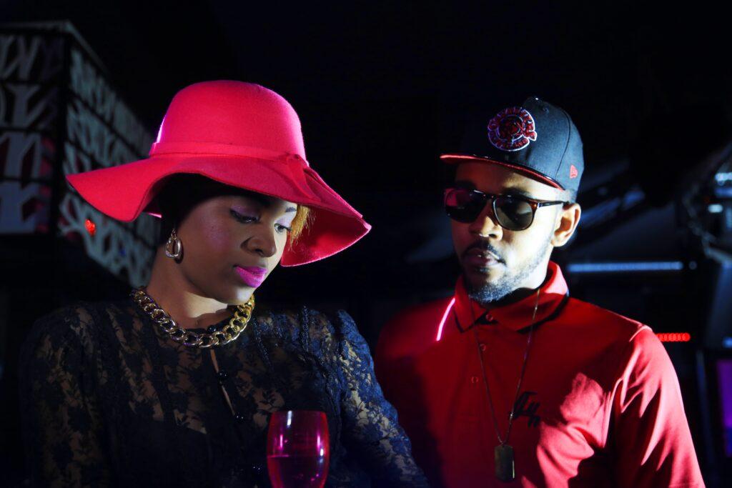 Moon et le rappeur Yvy RealKillah lors du tournage du clip ''APPELLE MOI''