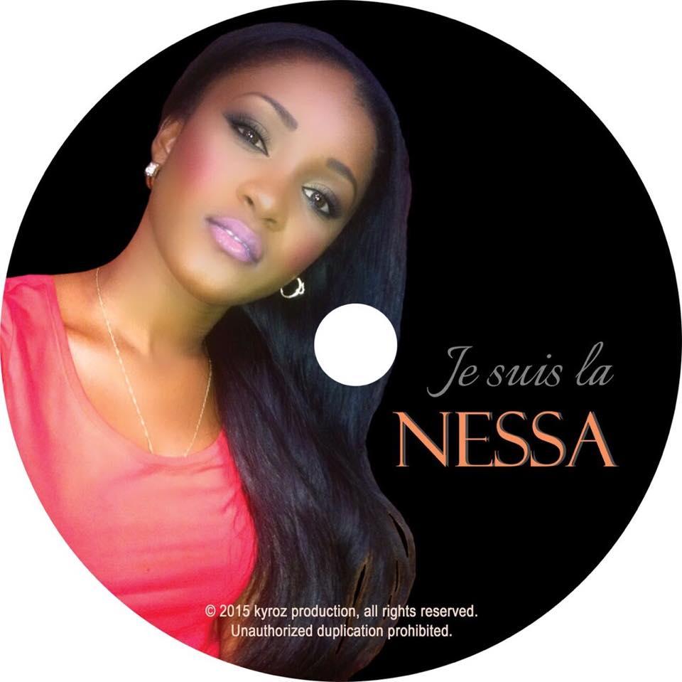 Nessa, nous presentant la pochette de son 1er  album JE SUIS LA.