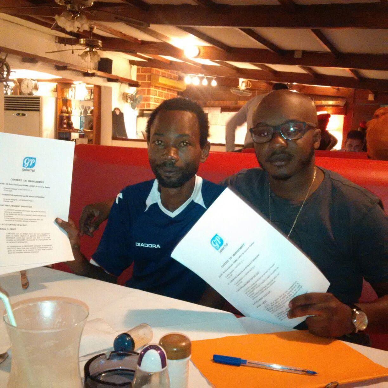 B-Good le Rasta et le fondateur de GABON PUB Warren Opiangah,  lors de la signature du contrat liant desormais l'artiste  à  cette structure.