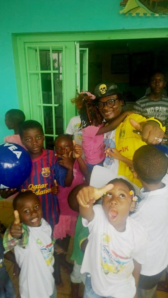 L'humoriste Manitou en compagnie des enfants de l'orphelinat de Kinguele.