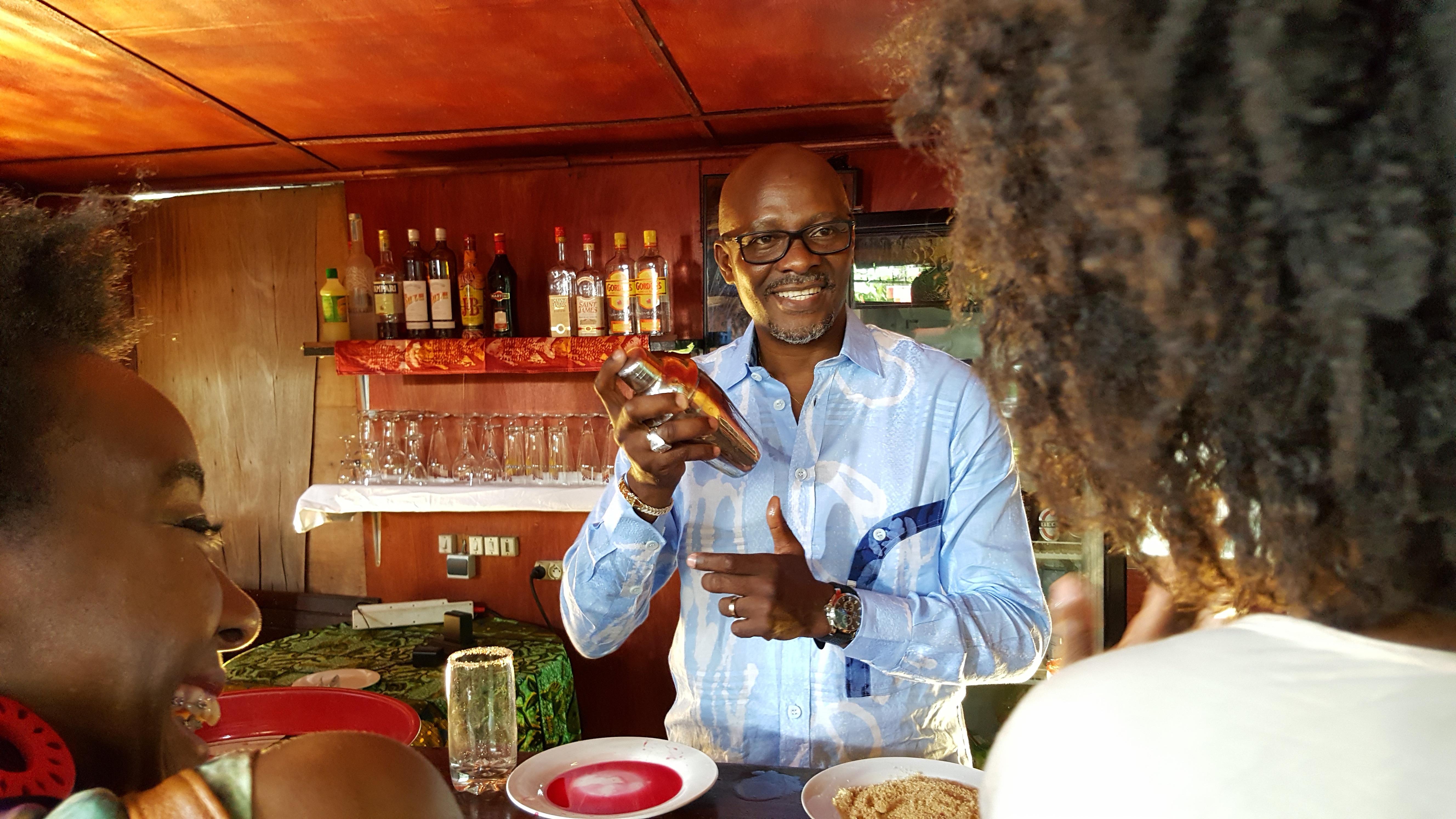 Serge Abessolo, lors du tournage de la nouvelle série gabonaise '' CHEZ OMBALO '', bientôt sur vos petits écrans.
