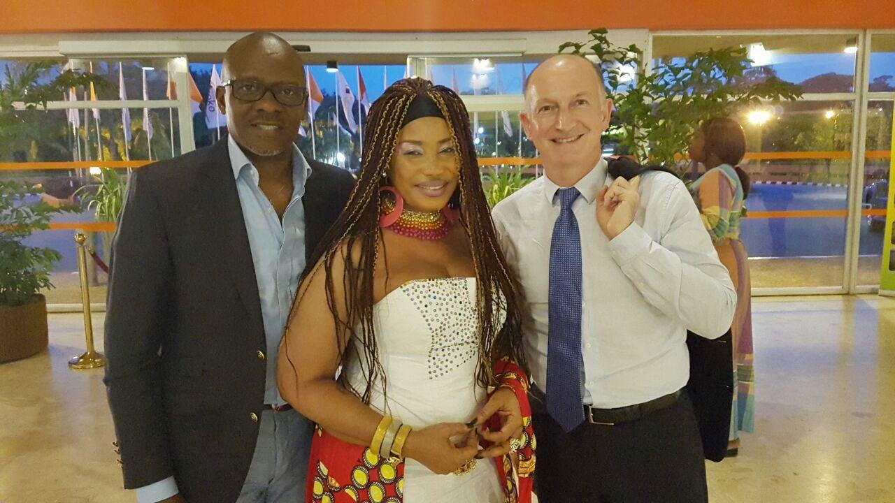 Serge Abessolo avec Francois Deplanck Directeur des chaines Canal+ et Akissi Delta après le lancement du premier clap de la nouvelle série panafricaine TV '' MA GRANDE FAMILLE ''.