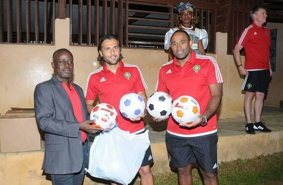 Kits sportifs offert par l'équipe du Maroc au responsable de l'établissement scolaire.