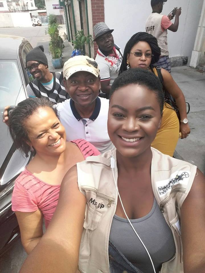"""Grâce Biligui en compagnie de l'équipe du film """"Le secret des vierges"""" de Melchy Obiang"""