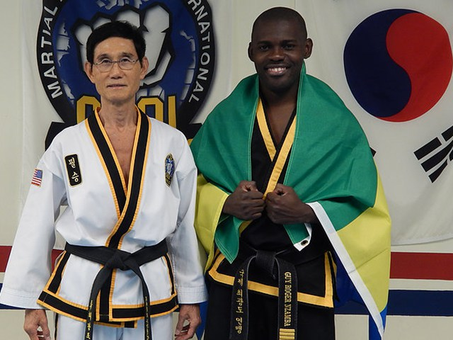 Guy Roger Nzamba et le Grand maître Kwang Jo Choi.