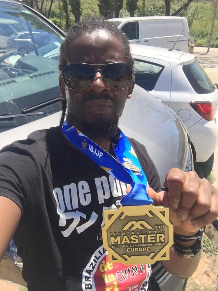 Lord EKomy Ndong, brandissant sa médaille de bronze de l'International Master Championship en Espagne.